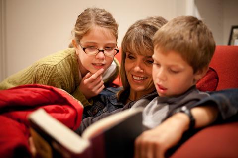 母親陪孩子研讀經文
