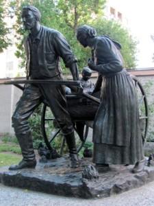 mormon-pioneer-handcart-statue-mormon