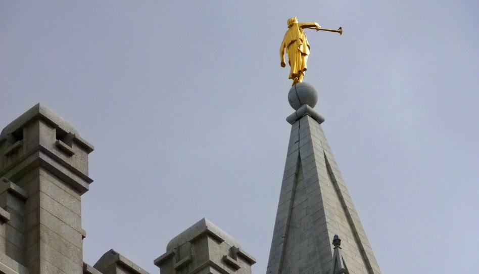 摩爾門聖殿上的雕像是哪位人物?