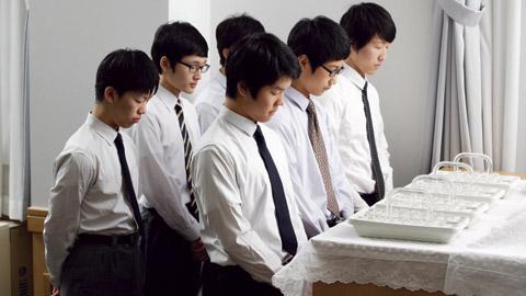 男青年祝福聖餐