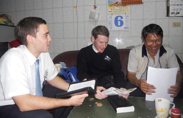 摩門傳教士 在分享他們的信息
