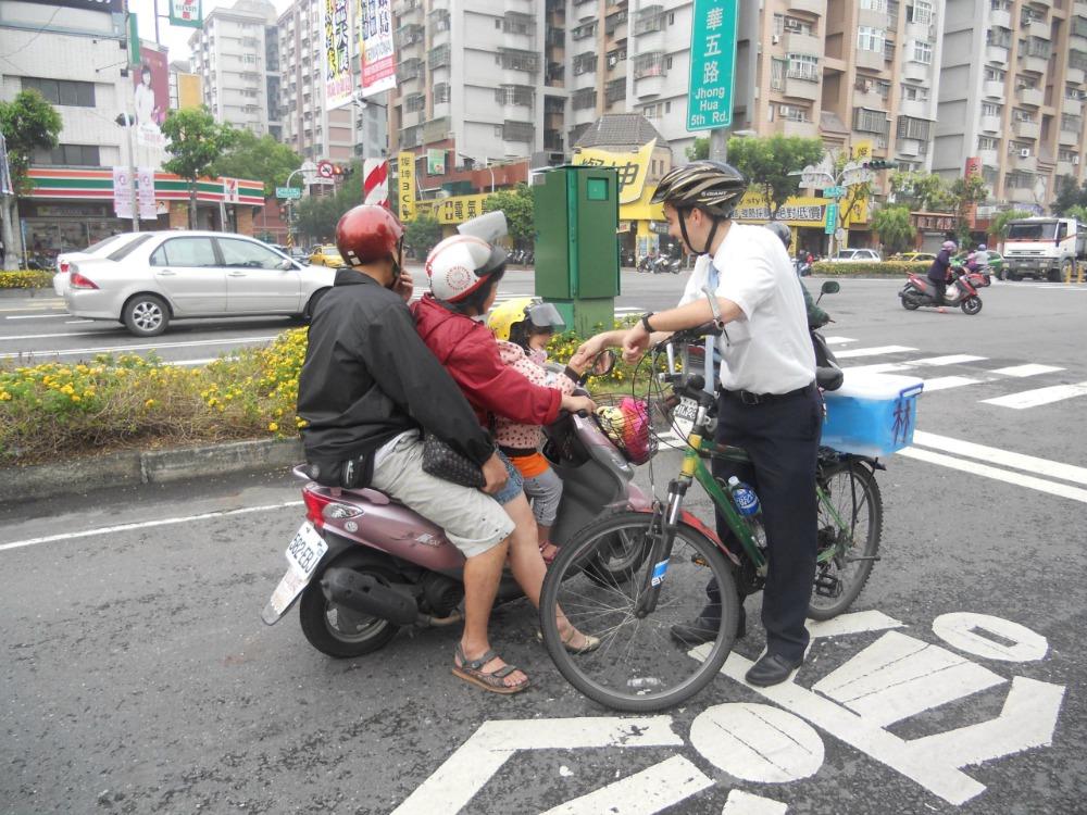 騎腳踏車的傳教士跟在摩托車上的家庭打招呼