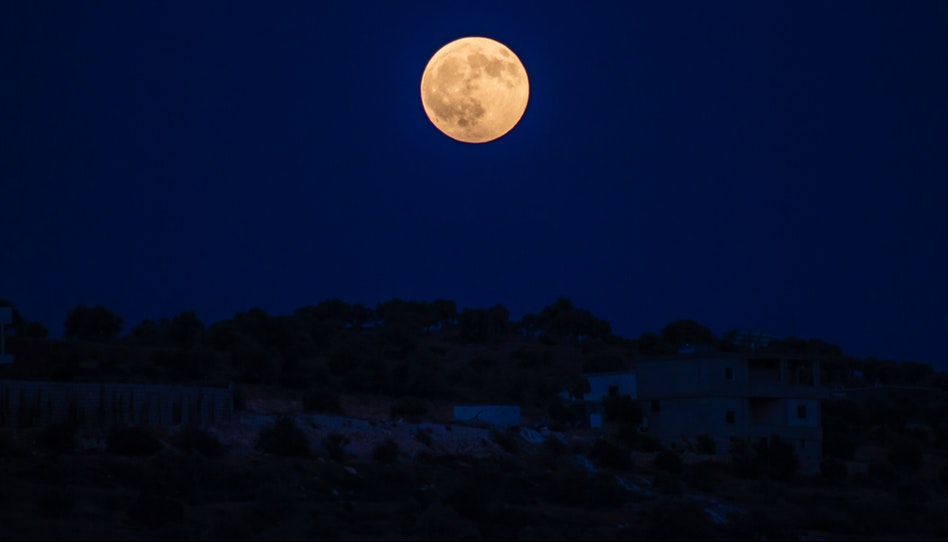 當月光灑下:從傳說故事看永恆愛情